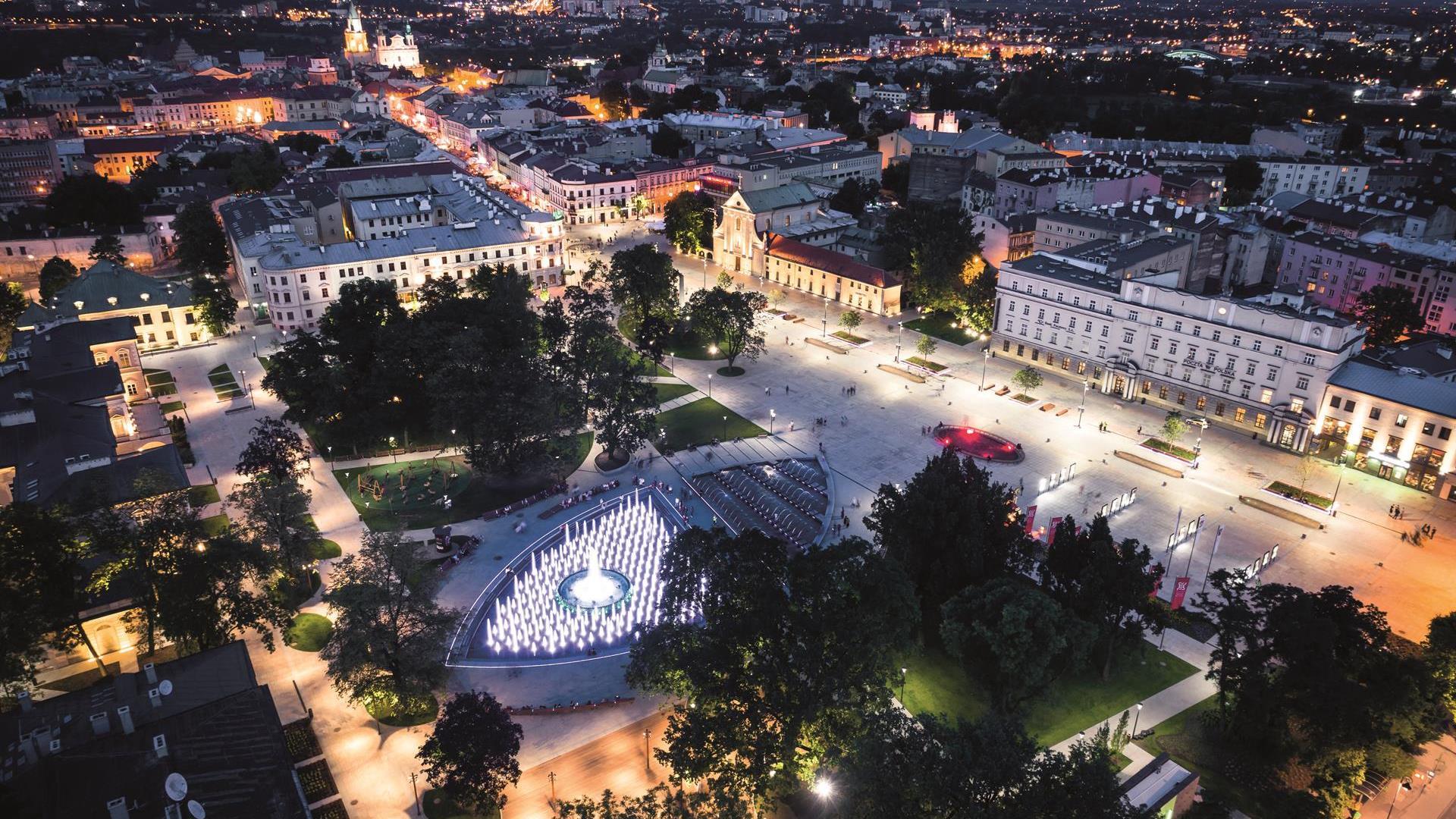 Plac Litewski z fontanną multimedialną nocą