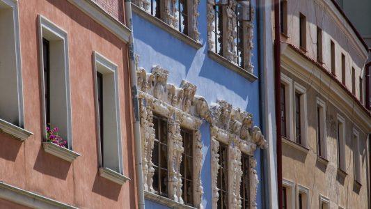 Ozdobne fasady kamienic przy Rynku