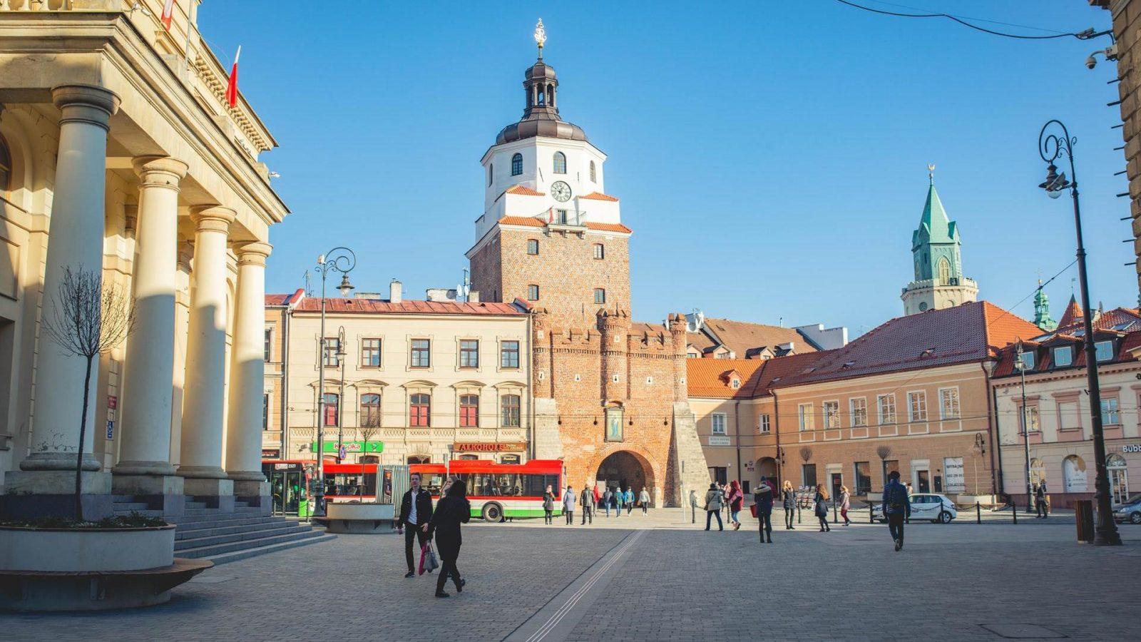 Autobus miejski przed Bramą Krakowską