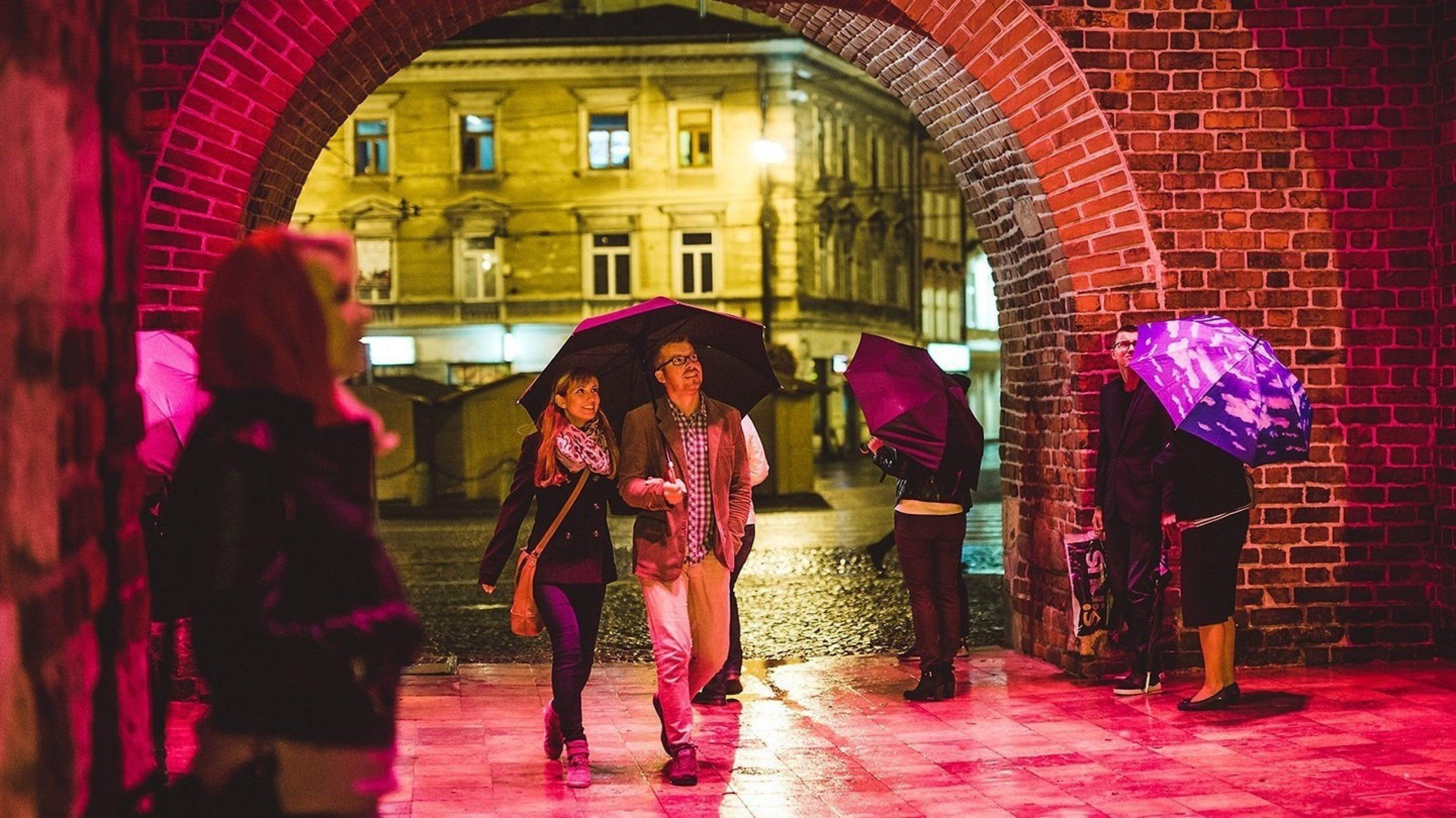 Ludzie z parasolkami w Bramie Krakowskiej